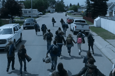 Black Summer, ep. 1.1 'Human Flow': air raid siren, families on the move